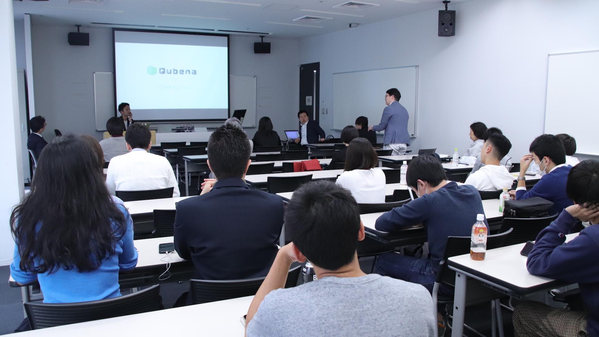 早稲田大学での講義後に質問を受けるの様子